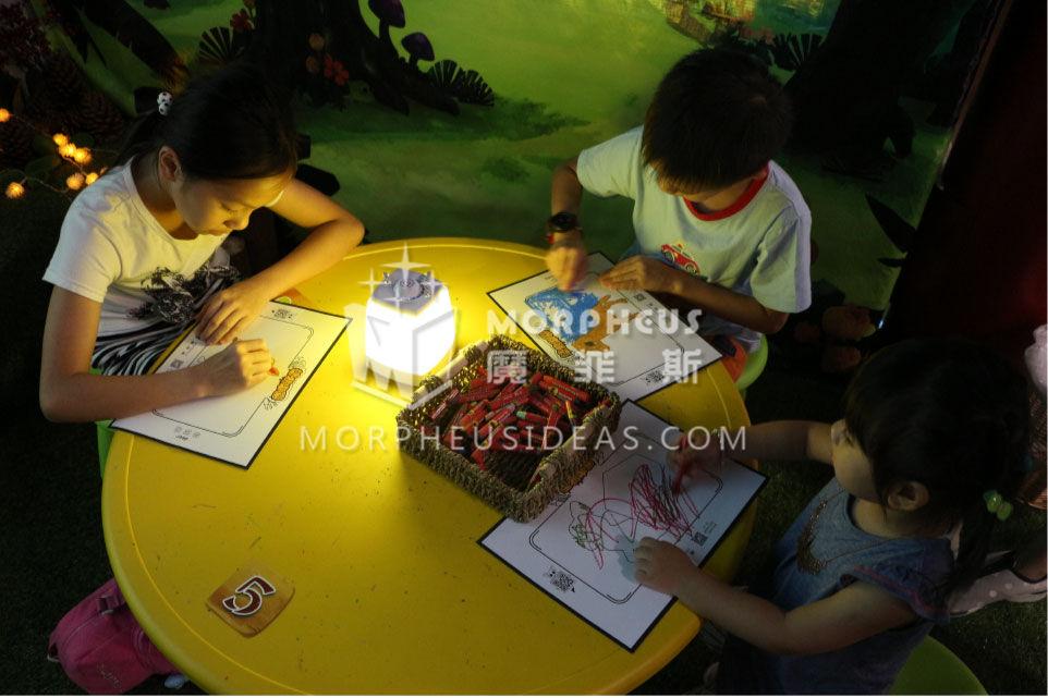 孩子們專心塗鴉,自由創作