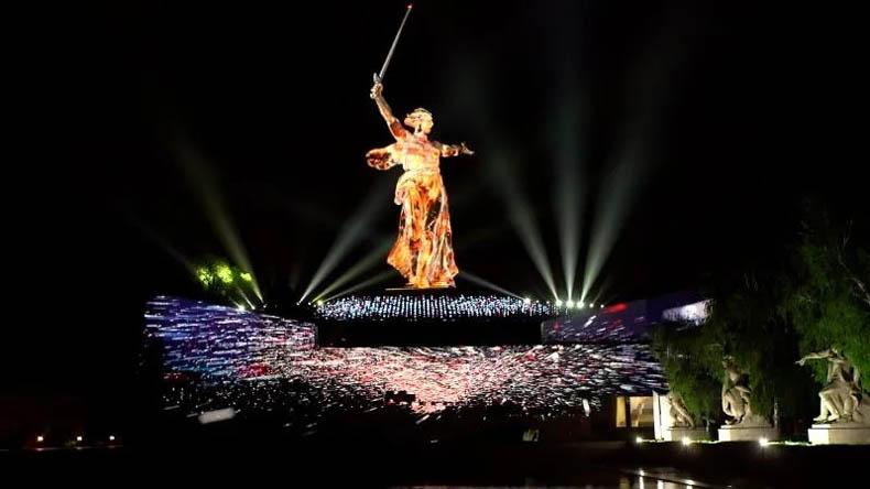 """俄羅斯""""祖國母親在召喚""""雕像由科視RGB純雷射投影機照亮"""